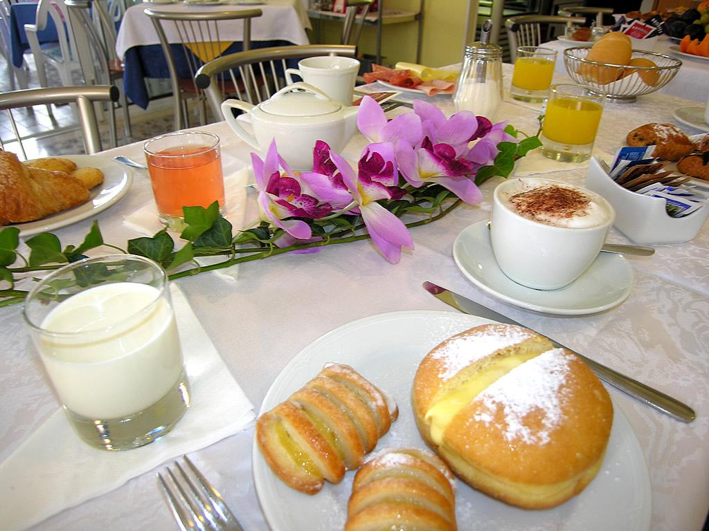 Tavolo con colazione in hotel